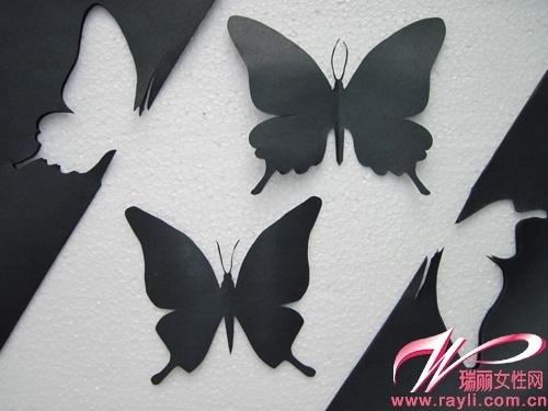 用白色铅笔在上面画出蝴蝶一半的