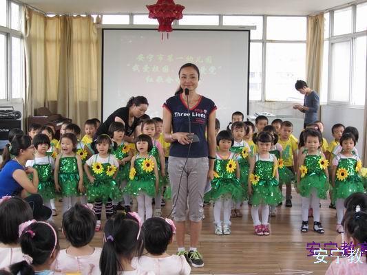 老师带领幼儿园的孩子们合唱